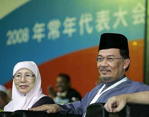 Datuk Seri Dr. Wan Azizah dan suaminya, Datuk Seri Anwar Ibrahim di Kongres Tahunan Nasional ke-5 PKR. -foto AP
