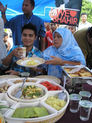 Mahanum Osman menyediakan makanan untuk anak bujangnya, Shahir yang pulang ke Kampar pada 5 Jun lalu selepas menjuarai AF8. - Foto mStar oleh SITI AZIRA ABD AZIZ