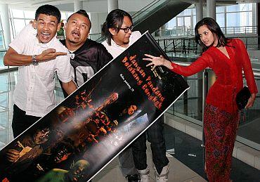 Barisan pelakon utama JPBC (dari kiri) Lan, Cat, Shaheizy dan Lisa - foto THE STAR oleh AHMAD IZZRAFIQ ALIAS