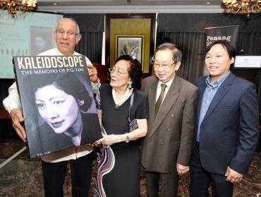 (dari kiri) Pengerusi Penang Story, Datuk Anwar Fazal, Tan Sri Lim Phaik Gan, Felo Kanan Institut Pulau Pinang, Datuk Dr Toh Kin Woon dan Penasihat Kanan ThinkCity, Neil Khor pada pelancaran buku biografi