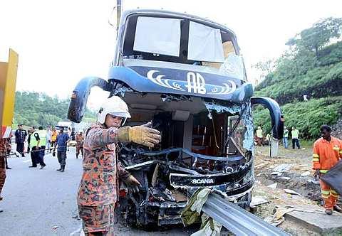 BEGINILAH keadaan bas ekspres dua tingkat milik AB Ekspres yang terbabit dalam kemalangan di Kilometer 443 Lebuhraya Utara Selatan dekat Rawang awal pagi Isnin lalu. Kejadian yang berlaku pukul 5.30 pagi itu mengakibatkan enam orang terbunuh termasuk pemandu bas tersebut manakala dua lagi cedera parah setelah bas yang membawa 34 penumpang dari Changlun, Kedah itu gagal dikawal. Kesemua mayat dan penumpang yang tercedera dihantar ke Hospital Sungai Buloh. -- fotoBERNAMA