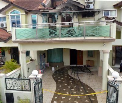 Rumah dua tingkat milik mangsa yang terletak di Taman Setia Indah, Johor Bharu terbakar pada pagi Jumaat