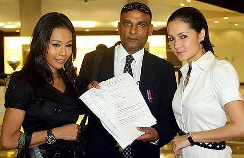 Lana, R. Palaya dan Yasmin ketika berada di lobi Mahkamah Majistret, semalam. - Foto THE STAR Oleh AZLINA ABDULLAH