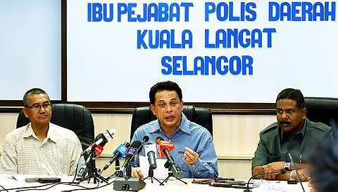 Bakri Zinin (tengah) ketika sidang media berhubung kes pembunuhan jutawan kosmetik Datuk Sosilawati Lawiya dan tiga lagi rakannya di ibu pejabat polis Daerah Kuala Langat di Banting, Ahad. fotoBERNAMA