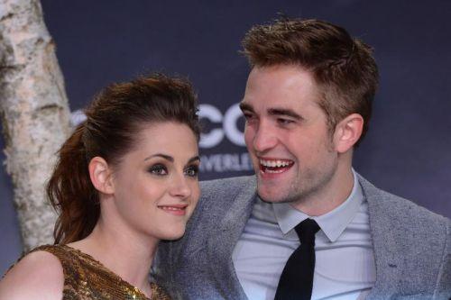 Hubungan Robert Pattinson (kanan) dan Kristen Stewart ibarat retak menanti belah.