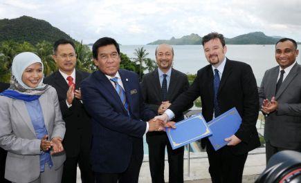 Menteri Besar Kedah, Datuk Mukhriz Tun Dr Mahathir (tiga, kanan) menyaksikan pertukaran Memorandum Perjanjian Persefahaman (MoU) antara Lembaga Pembangunan Langkawi (LADA) diwakili oleh Ketua Pegawai Eksekutifnya, Tan Sri Khalid Ramli (tiga, kiri) dan Pekan Artisan diwakili oleh Ketua Pegawai Eksekutif Pekan Artisan Sdn Bhd, Robert Wyatt (dua, kanan) di Langkawi pada Ahad. Turut hadir Ahli Majlis Mesyuarat Kerajaan, merangkap Pengerusi Jawatankuasa Agama, Pelancongan, Masyarakat Siam dan Tenaga Manusia, Mohd Rawi Abd Hamid (dua, kiri) dan Pengerusi Jawatankuasa Sains, Inovasi danTeknologi Maklumat, Norsabrina Mohd Noor (kiri). -Foto BERNAMA