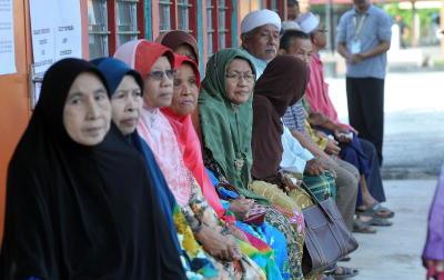 Warga-warga emas menunggu giliran untuk mengundi bagi Pilihan Raya Kecil DUN Sungai Limau di Sekolah Kebangsaan Bukit Besar di Yan, Kedah, Isnin. -fotoBERNAMA