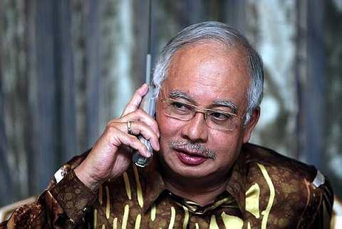 HUBUNGAN... Datuk Seri Mohd Najib Tun Abdul Razak sewaktu bercakap melalui telefon dengan Presiden Amerika Syarikat Barrack Obama di kediamannya di Jalan Duta, Kuala Lumpur pada 26 Jun lalu. Perbualan selama 20 minit itu membincangkan pelbagai persoalan yang melibatkan kepentingan bersama Malaysia dan Amerika Syarikat. --fotoBERNAMA