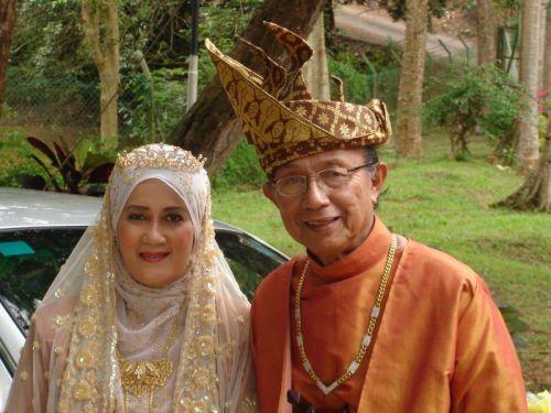 Aziz dan isterinya Hashimah pada majlis persandingan mereka bersempena pakej kahwin-kahwin Melaka pada 2007.