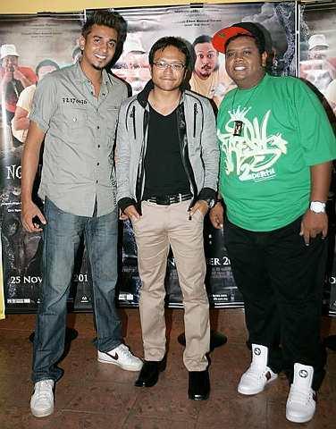 Angah (kanan) di samping pelakon filem Ngangkung Azad Jasmin (kiri) dan Shaheizy Sam pada majlis pratonton filem itu, baru-baru ini.
