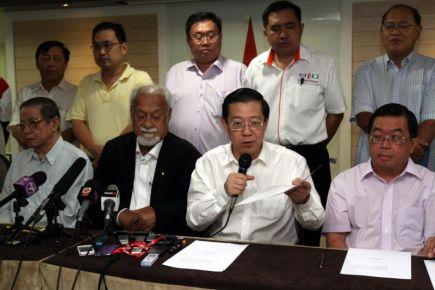 Lim Guan Eng mengetuai sidang media selepas mesyuarat khas CEC DAP berhubung keputusan ROS mengarahkan parti itu mengadakan pemilihan semula. -foto LOW BOON TAT
