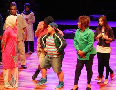 Salah satu babak dalam teater Asmara Songsang.