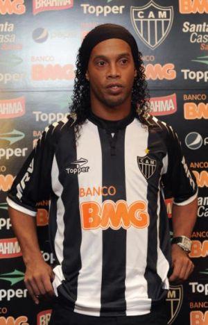 Ronaldinho menggayakan jersi pasukan barunya,  Atletico Mineiro.