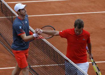 Murray (kiri) bersalam dengan Gasquet selepas mememnangi pusingan keempat Kejohanan Tenis Terbuka Perancis, Selasa.