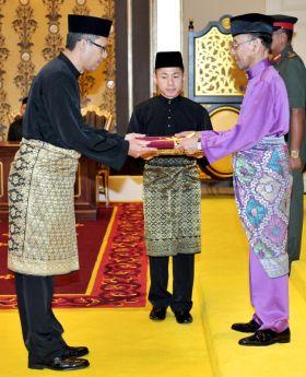 Yang di-Pertuan Agong, Tuanku Abdul Halim Mu'adzam Shah berkenan menyampaikan Watikah Pelantikan Bakal Pesuruhjaya Tinggi Malaysia ke Australia, Zainal Abidin pada Istiadat Pengurniaan Watikah Pelantikan Duta Besar dan Pesuruhjaya Tinggi Malaysia di Luar Negara di Istana Negara, Kuala Lumpur pada Rabu.