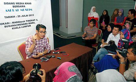 Ashraf menjawab pertanyaan pihak media berhubung kontroversi pernikahannya.