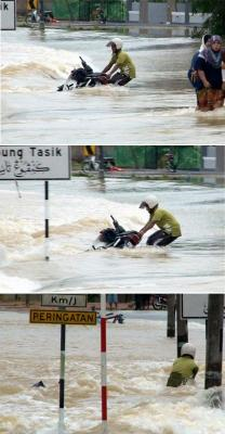 DIBAWA ARUS... Turutan gambar detik-detik cemas Khairi yang sedang menunggang motosikal mengalami detik cemas apabila nyaris dihanyutkan arus deras ketika melalui Jalan Permaisuri-Penarik di Kampung Tasik, Setiu, Terengganu, Selasa. -fotoBERNAMA