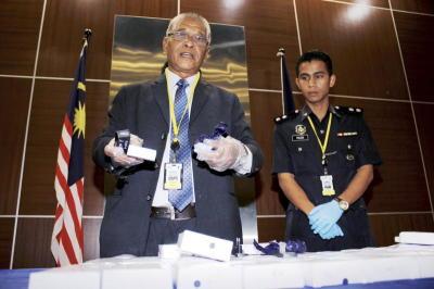 Pengarah Jabatan Siasatan Jenayah Narkotik Bukit Aman, Datuk Noor Rashid Ibrahim (kiri) menunjukkan hasil rampasan dadah jenis syabu dengan anggaran berat 3.4 kg dengan nilai lebih kurang RM510,000 yang disembunyikan di dalam 160 unit pengecas bateri telefon bimbit di Bukit Aman, Kuala Lumpur, Rabu. - fotoBERNAMA
