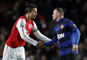 Van Persie (kiri) bersalam dengan Rooney dalam satu perlawanan sebelum ini.