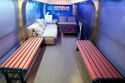 Treler MCA dilengkapi dengan sofa dan sistem audio serta skrin LCD