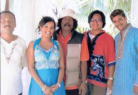 Kenchana Devi (dua dari kanan) menerbitkan program muzikal televisyen berjudul Cahaya Deepavali dan Jodoh Deepavali di TV3. - Foto ihsan KENCHANA DEVI