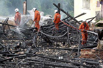 Anggota Bomba dan Penyelamat Johor Baharu berjaya memadamkan api yang memusnahkan tiga buah rumah yang menempatkan 30 bilik sewa di Jalan Dato Dalam, berhadapan Pusat Konvensyen Antarabangsa Persada Johor Baharu Isnin.