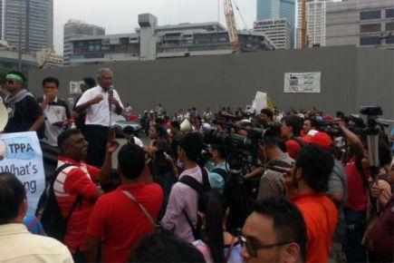 Dr Michael Jeyakumar menyampaikan ucapan kepada peserta yang menyertai demonstrasi bantah TPPA di KLCC pada Jumaat.