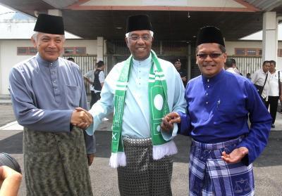 Calon Parlimen Tasek Gelugor (dari kiri) Datuk Seri Shariff Omar (Bebas) , Datuk Seri Abdul Rahman Maidin (PAS) dan Shabudin Yahaya (BN) di Dewan Serbaguna Sungai Dua di Tasek Gelugor, Pulau Pinang.
