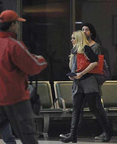 Lindsay bersama dengan seorang lelaki yang tidak dikenali ketika di sebuah lapangan terbang di Calcutta, India baru-baru ini.