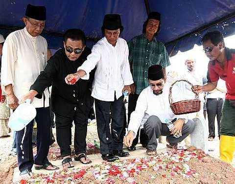 Antara rakan artis yang hadir memberikan penghormatan terakhir kepada Allahyarham Datuk Ahmad Jais, semalam. Foto THE STAR Oleh AZLINA ABDULLAH.