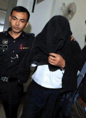 Timbalan Naib Canselor (TNC) Akademik dan Antarabangsa, Universiti Tun Hussein Onn Malaysia (UTHM) Prof Dr Abdul Aziz Abdul Samad, 52, mengaku tidak bersalah di Mahkamah Sesyen Johor Baharu terhadap tuduhan meminta dan menerima suapan RM 15,000 daripada seorang kontraktor, pada 2010 dan tahun lepas di sini, pada Rabu.-Foto BERNAMA.