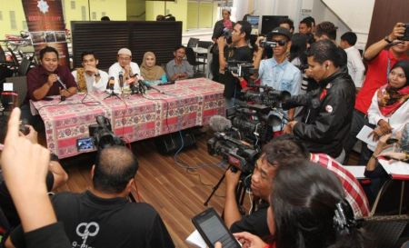 Suasana agak tegang apabila Aeril Zafrel cuba berkias ketika sidang media pernikahan rahsianya dengan Wawa. Foto RICKY LAI