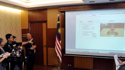 Ketua Jabatan Pengurusan Jenayah Kuala Lumpur, Datuk Ku Chin Wah (dua, kiri)menunjukkan hasil siasatan awal kepada media mengenai bahan letupan yang digunakan pada perhimpunan