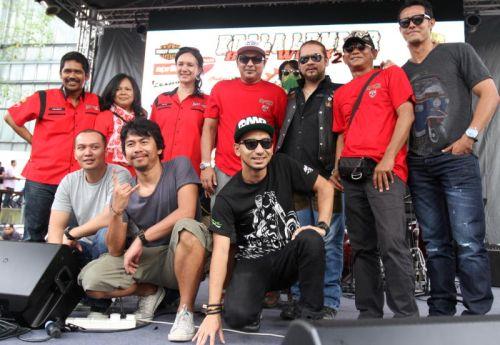 Helmi (atas, tengah) bersama barisan pelakon filem 'Bikers Kental'. Foto Low Boon Tat