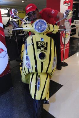 Vespa LX 150 tunggal berwarna jaluran Harimau Malaya edaran Naza Bikers menjadi tarikan pada Persidangan Agung UMNO 2011 di PWTC di sini, Selasa. Vespa berharga RM10,988.15 itu dihasilkan semenjak skuad bola sepak negara menjuarai Piala AFF Suzuki tahun lalu untuk menarik minat generasi muda.