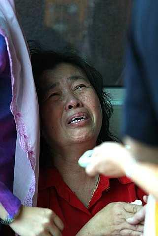 MANGSA kejadian tanah runtuh Bukit Antarabangsa, Datin Jamilah Mohd. Kassim ditenangkan oleh anggota keluarga di Hospital Kuala Lumpur. - foto The Star oleh AZMAN GHANI