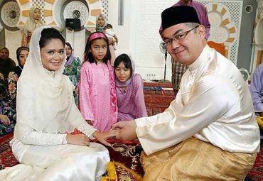 Nur Jasni dan pasangannya Liza Mydin, 28, selamat disatukan - foto THE STAR oleh SHAARI CHEMAT